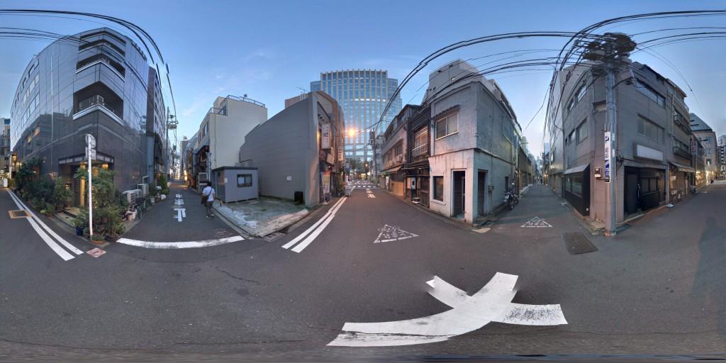 ストリートビューアプリで作成した360°画像。なるべく被写体(人や物)が近くにない方が繋ぎがうまくいく(ズレが目立たない)ようです。